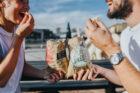 Twee Amsterdamse zussen introduceren biologische popcorn voor tussendoor