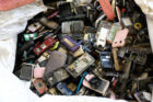 Container met ruim 25.000 'afvaltelefoons' uit Kameroen klaar voor recycling