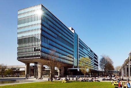 studenten op campus TU Eindhoven met gebouwen Atlas en MetaForum