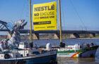 Greenpeace activisten brengen plastic monster naar hoofdkantoor Nestlé terug