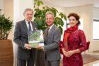 Ed Nijpels neemt eerste exemplaar VHG-handleiding Het Levende Gebouw in ontvangst