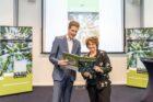 SER-voorzitter Mariëtte Hamer ontvangt eerste exemplaar 'De Bosatlas van de duurzaamheid'