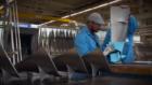 Van drankje tot 'inkt' – KLM maakt van PET-flessen gereedschap