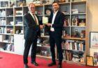 Voorzitter VNO-NCW ontvangt 1.000e exemplaar boek CO2-neutraal ondernemen