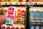 Albert Heijn streeft naar klimaatneutrale melk van de boerderij in 2021