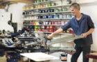 Kledingmerk Päälä drukt duurzame collecties in énige GOTS-gecertificeerde zeefdrukatelier van Nederland