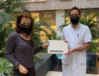 Diederik Gommers neemt 50.000e Vanhulley mondkapje in ontvangst