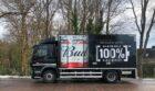 Bierbrouwerij AB InBev wil horeca CO2-neutraal beleveren en neemt eerste elektrische vrachtwagen in gebruik