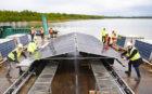 Symbolische eerste zonnebootje te water gelaten drijvend zonnepark Sellingen