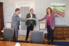 1e exemplaar 'Keerpunt in zicht; hoe verder met milieu en duurzaamheid' overhandigd aan Tweede Kamer-voorzitter Vera Bergkamp